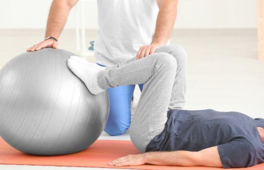 Séance d'ostéopathie avec un ballon