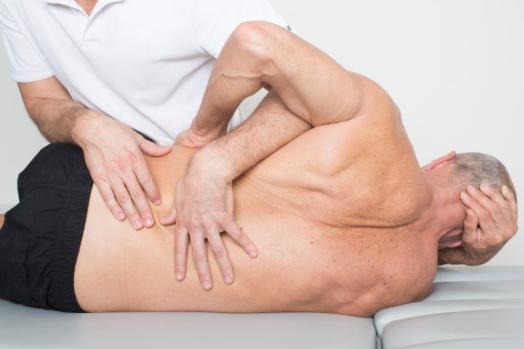 Séance d'ostéopathie sur personne âgée